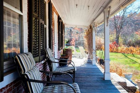 Charming Antique with Large Pond - New Hartford - House - 2