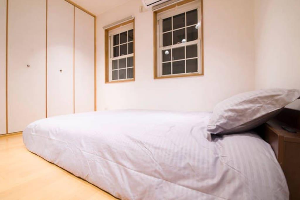Bedroom with double windows /带雙窗戶臥室