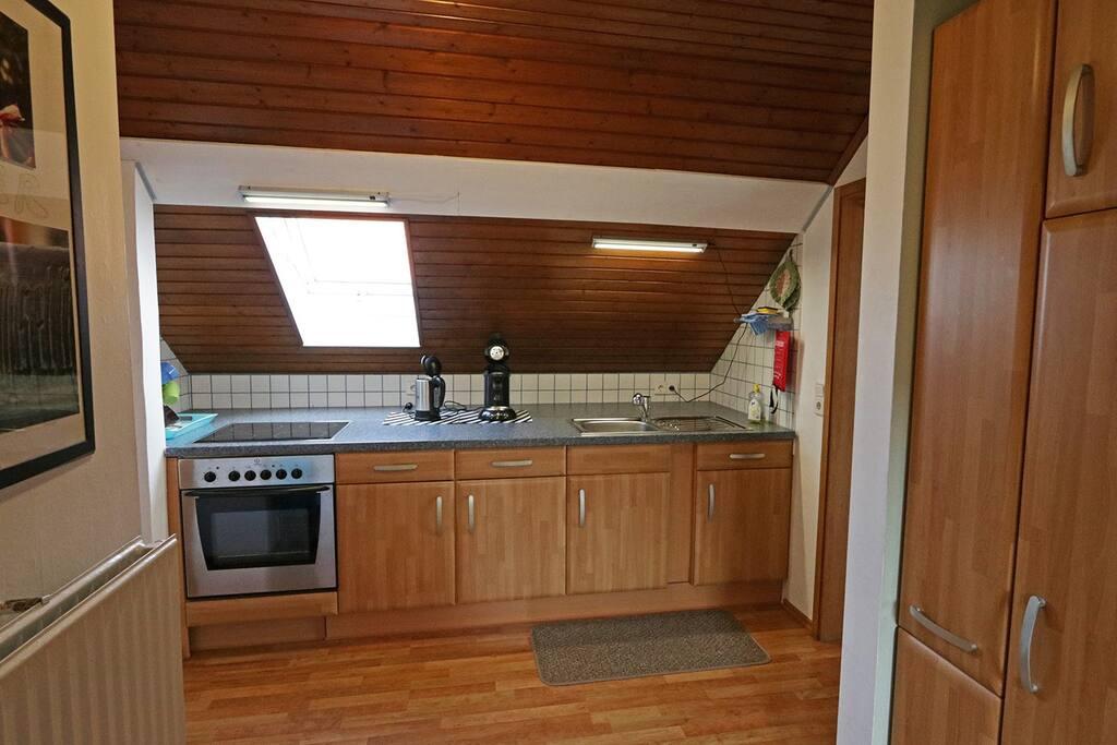 Die Küche mit großem Kühlschrank