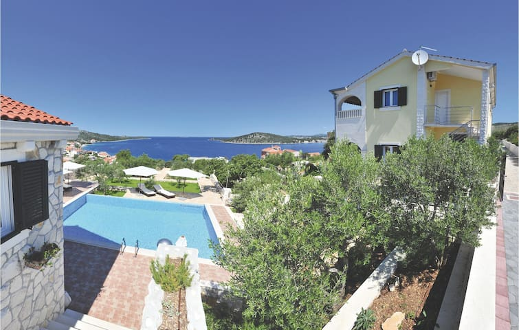 Holiday cottage with 6 bedrooms on 314 m²