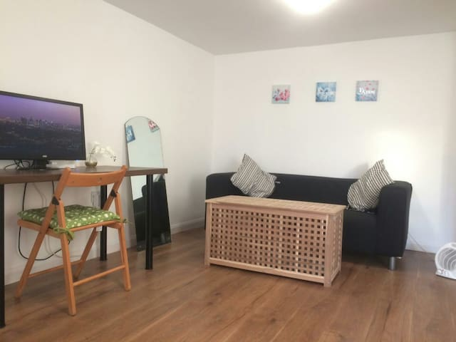 Studio room in quiet Heathrow neighborhood