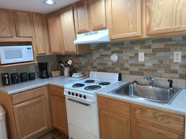 Virtual Check-in/Checkout, Superb Cleaning, .5 block off Parkway