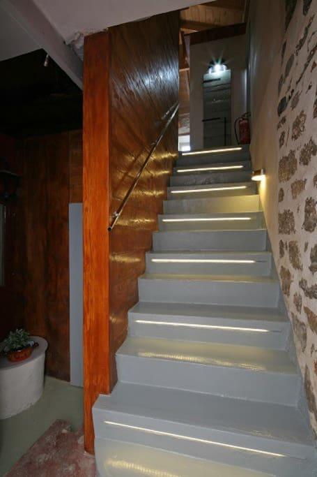 Η σκάλα που οδηγεί στον 1ο οροφο