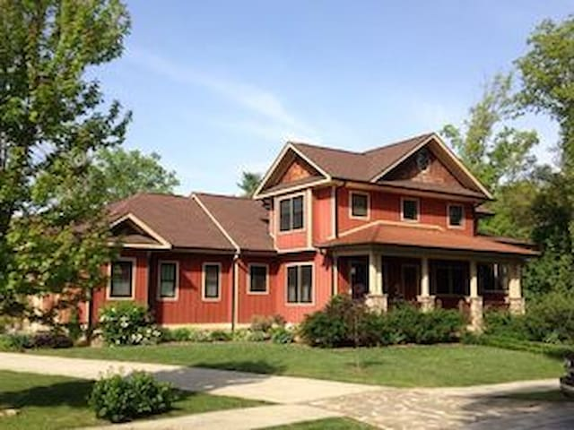 Lakeway Lodge: a Luxurious Asheville Gem Located on Lake, W/Hot Tub & Game Rm! - Mills River - Hus