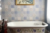 Clawfoot tub! Great for soaking