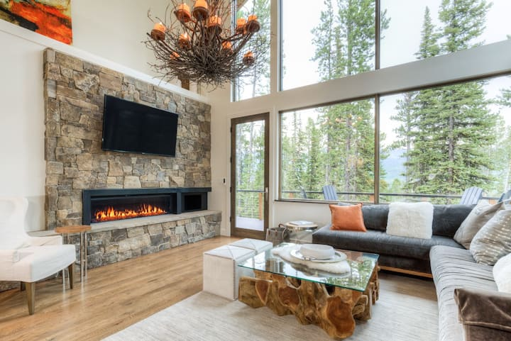 Upscale ski-chalet with Private Hot Tub, Ski Access, and Mountain Views
