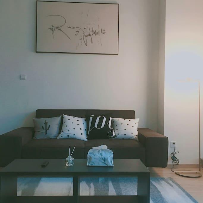 有着大落地窗的客厅,三人宽敞沙发,55寸大彩电,不论是您前来旅游度假的闲暇时刻,还是周末放松的娱乐时刻,都可以给您带来很好的体验。