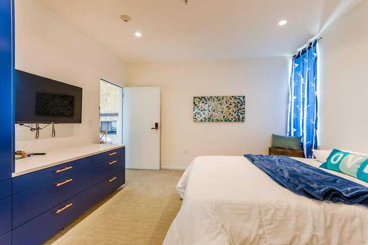 Room 1 - Blue Vista Inspiring Lakefront Retreat