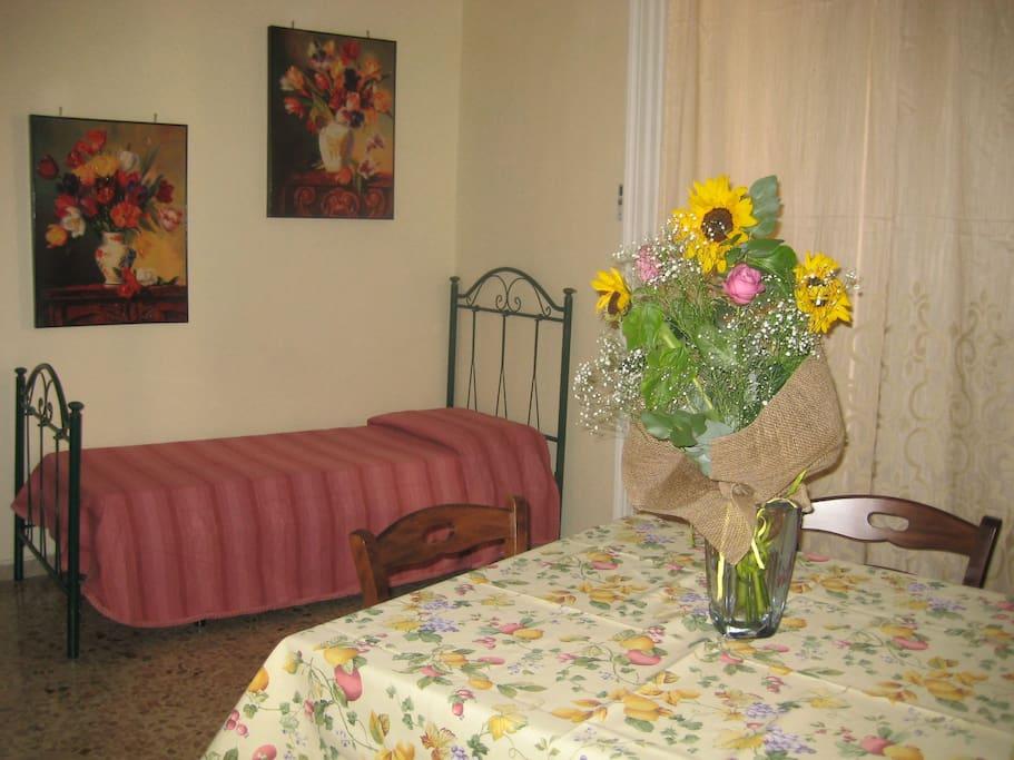 Stanza da pranzo/soggiorno con letto aggiuntivo.
