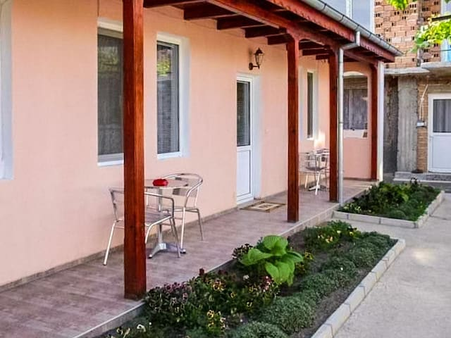 *NO GUEST SERVICE FEE* Charming Retreat In The Heart Of Rose Valley