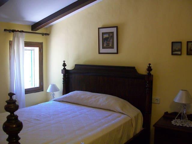 Dormitorio con cama de 135cm.