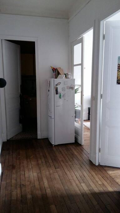 Cuisine au fond du couloir, 1ere porte à droite chambre, 2e porte, salon