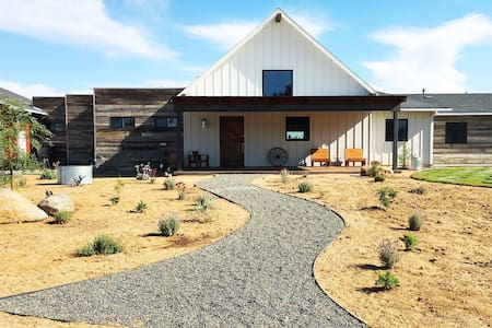 Rabbit Room - Farm Stay, Mini Goats, Wine Country