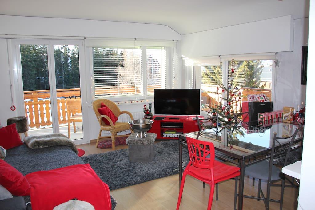 Salon et salle-à-manger d'angle, bien spacieux et agréablement lumineux