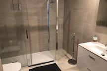 Badezimmer | Baño | Bathroom