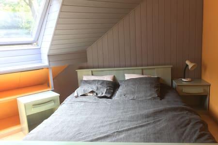 chambre bleue dans maison vue mer - Trélévern