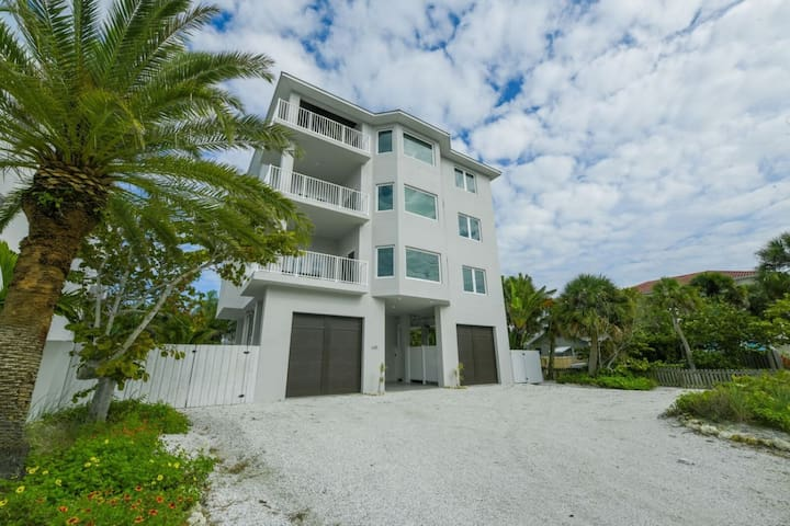 Breathtaking 3 Bed/2 Bath with Beach View& Pool!!!