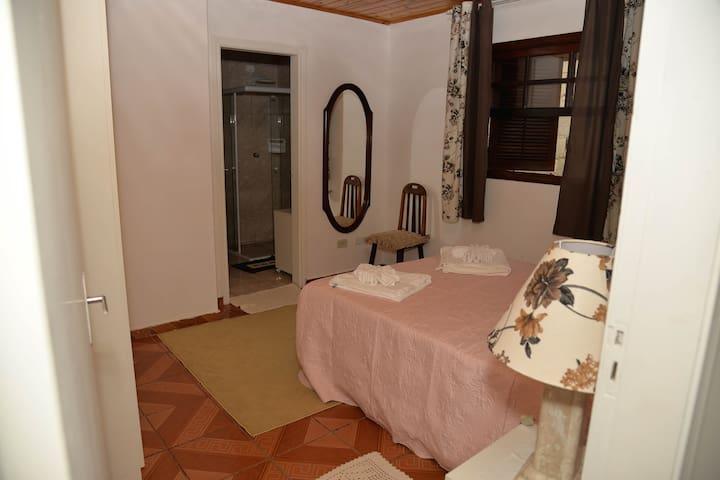 Quarto 1: Suíte com cama de Casal e Armário