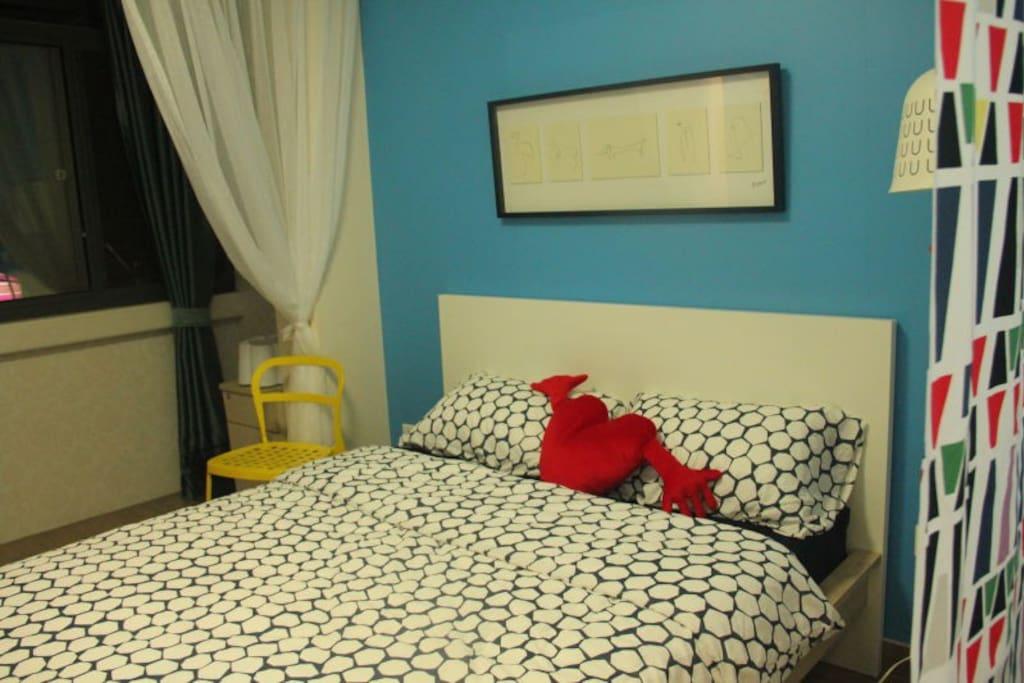 蓝色主题房间的大床