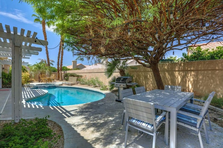 Private, family-friendly retreat w/ private, heated pool, pool spa, & gas grill