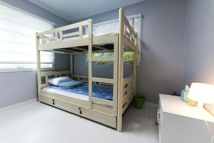 Cobe Guesthouse Twin Room + Extra Bed 외국인전용 - Jongno-gu - Casa