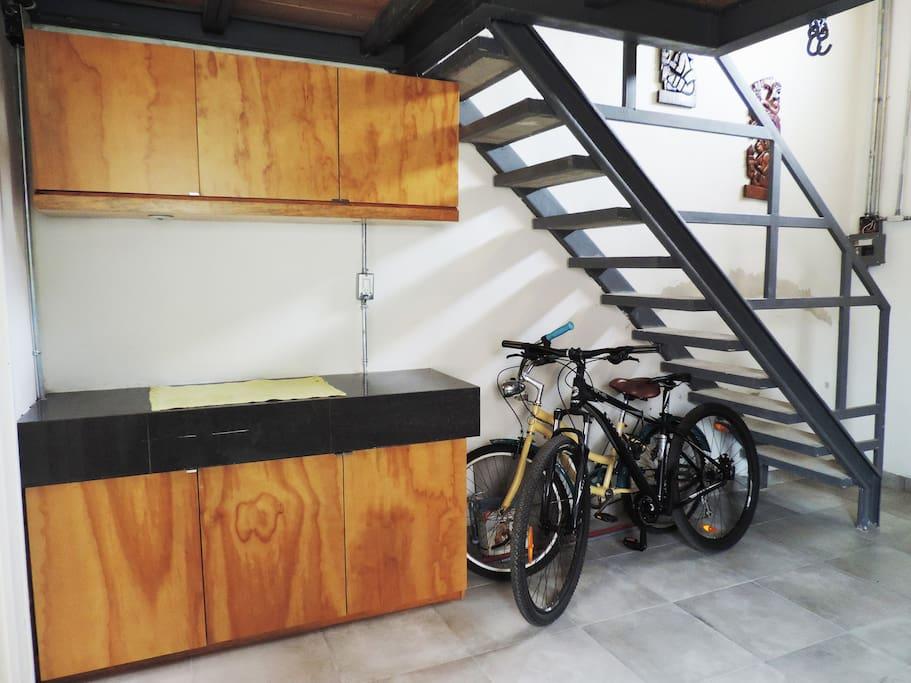 Barra de cocina y escalera