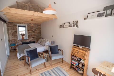 Cwtch, cozy studio, private, separate entrance.