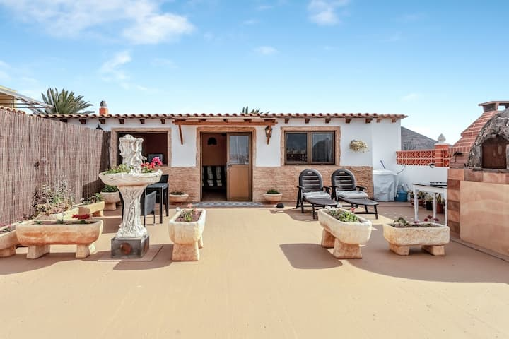 Charming Studio Apartment Mía with Terrace, Mountain Views & Barbecue