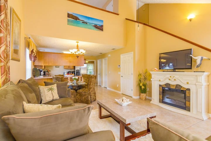3 Bd/2.5 Ba townhouse within a mile from the beach
