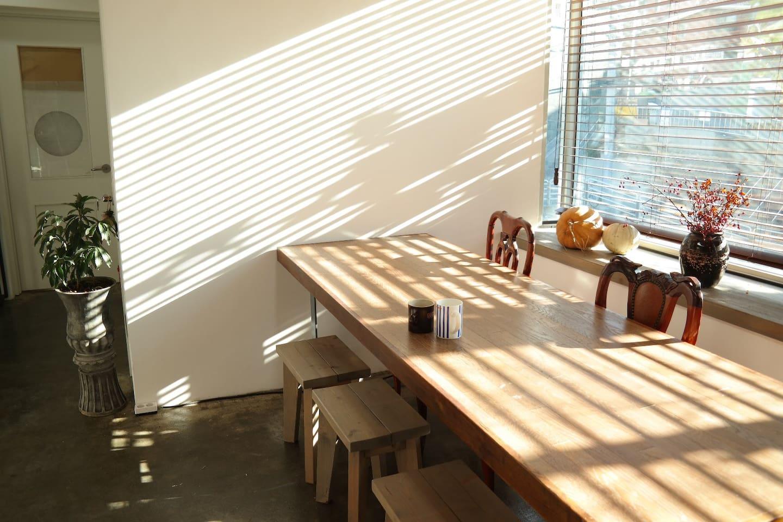햇살이 잘 들어오는 거실 공간입니다.