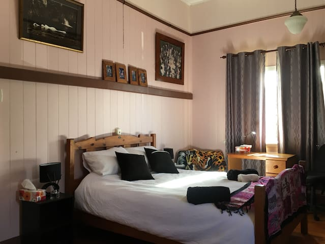 Queenslander close to Hospitals and CBD (room 1)