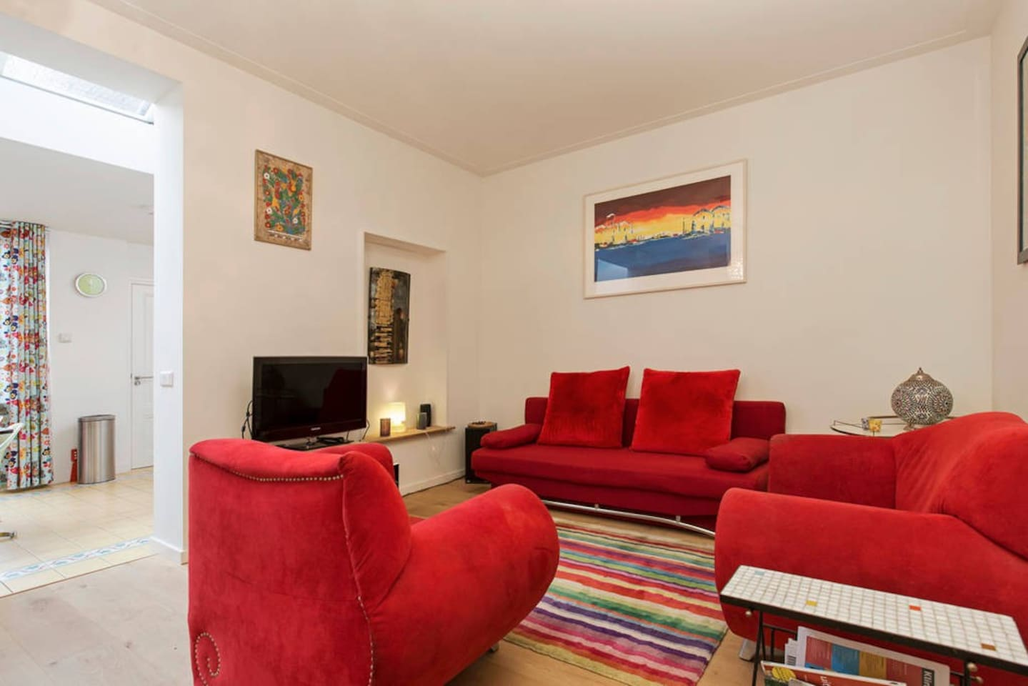 Welcome in our appartment with free parking in the centre of Utrecht! The spacious living room gives a vieuw on the open kitchen and garden on the waterfront of the famous canals in Utrecht!