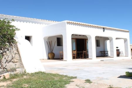 Double bedroom typical Finca Ibizenca farm house - Eivissa - บ้าน