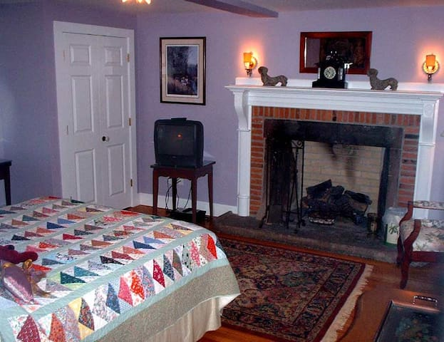The Linden House B&B Offers 5 Bdrms w Private bath - Simsbury