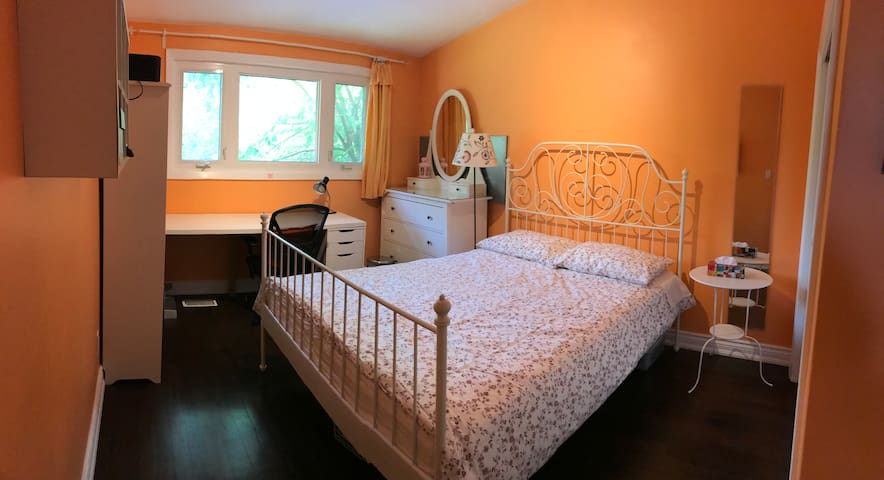 York Mills neigbourhood queen size bedroom