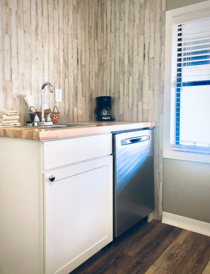 Cute & Modern Double Queen Studio with Kitchenette #1