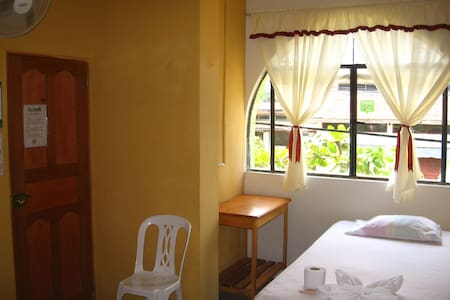 Cozy, neat & cheap room for 1 person in Iquitos - Iquitos - Bed & Breakfast