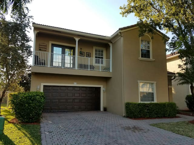 Private Suites,Private Full Baths - Coral Springs - Dom