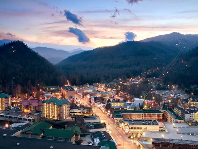 Gatlinburg Fall Getaway Oct 18-25 / Sleeps 4