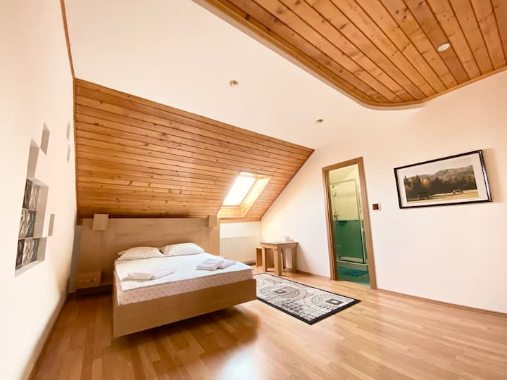 Atico 2 - Cosy Private Room with Bath and Skylight