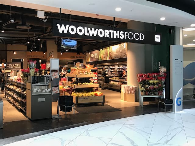 Our apartment is 400 meters from the Discovery building, which offers plenty of shops on the ground floor, a Woolworths grocery store, Clicks, coffee shops and a chemist.