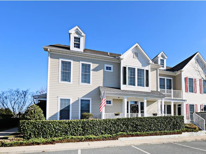 Bear Trap Dunes 2nd floor condo w/ tennis court, free WiFi, and gym