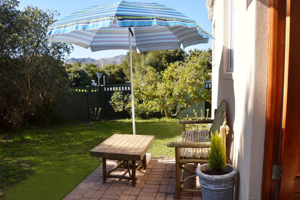 Canary Corner Cottage with a private entrance from the pretty garden