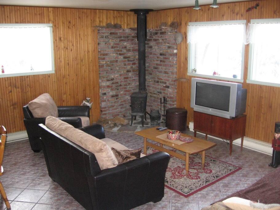 Salon avec Poêle au bois combustion lente