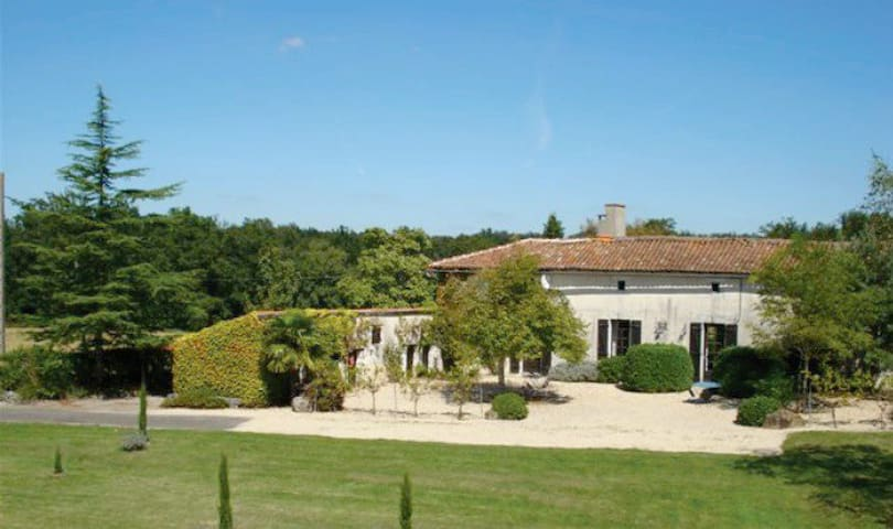Farmhouse Saint Germain - Poullignac - บ้าน
