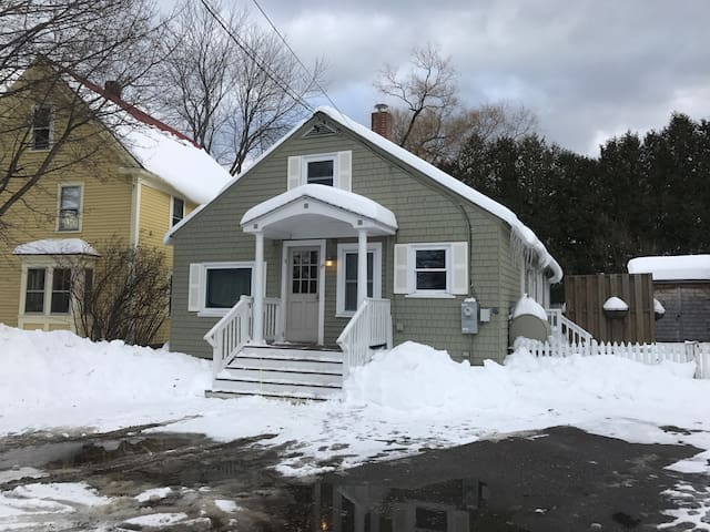 In town Bethel bungalow near Sunday River sleeps 8