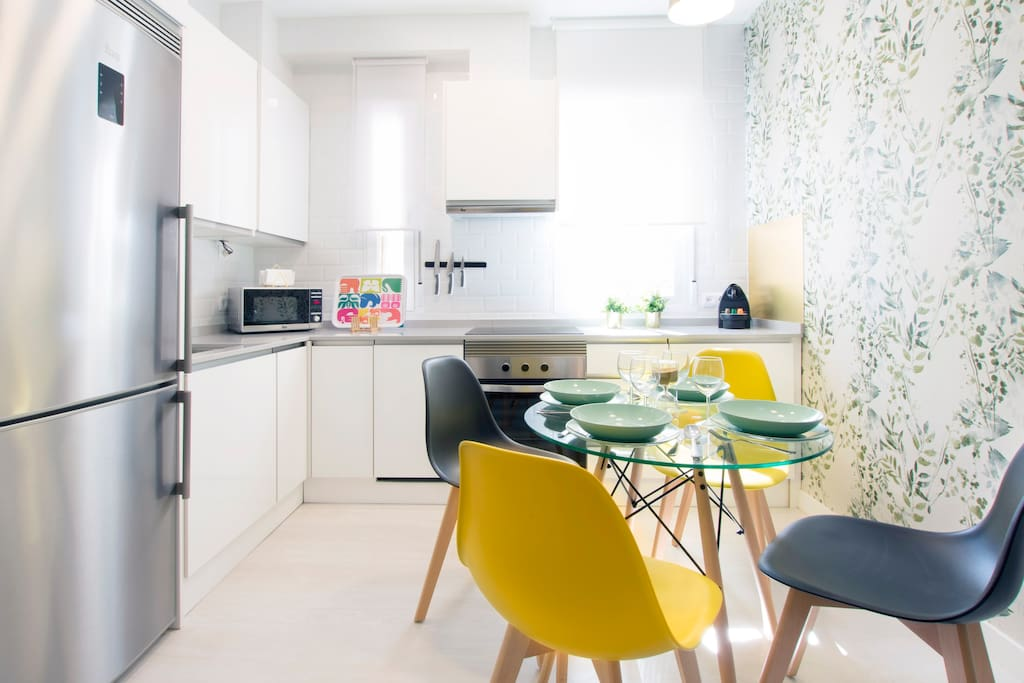 Cocina y comedor / Kitchen and dining table