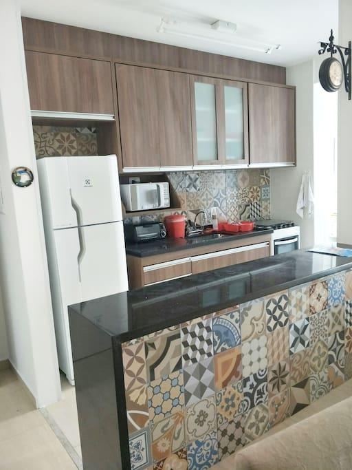 Cozinha equipada  com geladeira,  fogão,  microondas,  forninho elétrico, além de todos os utensílios domésticos  necessários.