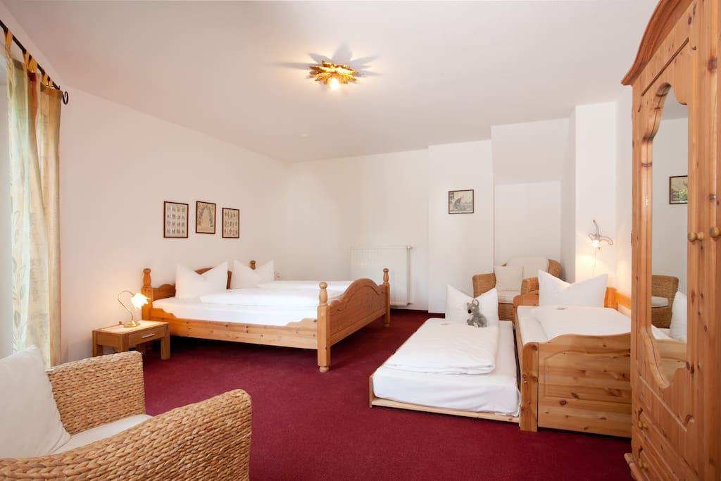 Schlafzimmer mit 1 Ehebett und ein Einzelbett. Mit direkten Zugang zur Terrasse