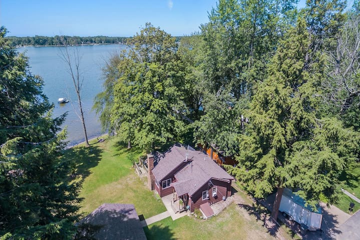 Hutchins Lake Memories: Waterfront dream cottage on all-sports Hutchins Lake. Relax on the deck, have a picnic in the yard, roast marshmallows around the fire pit, or pull your boat up to your private dock. You will love life on the lake!